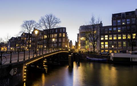アムステルダムで野村訓市に近づいてきた老人の正体