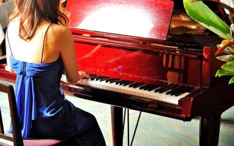 ハイヒールで演奏する注目の若手ピアニスト ユジャ・ワン