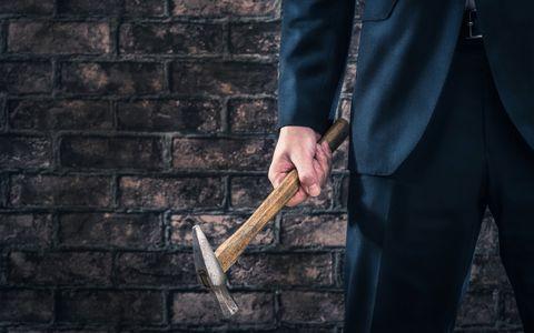 为什么失去妻子的银行家继续摧毁?