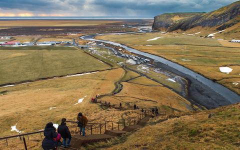アイスランドの大自然でカーナビに従って進んだら…
