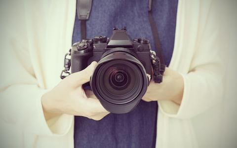 写真家・黄瀬麻以、あの画家とのコラボの始まりは?