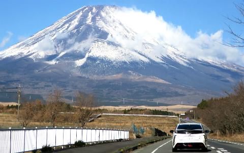 フロントガラス一面に富士山が広がる、絶景の道路