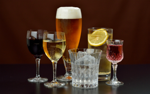 お酒で彼氏や夫が被害に… 急増する「アルハラ女性」の実態とは?