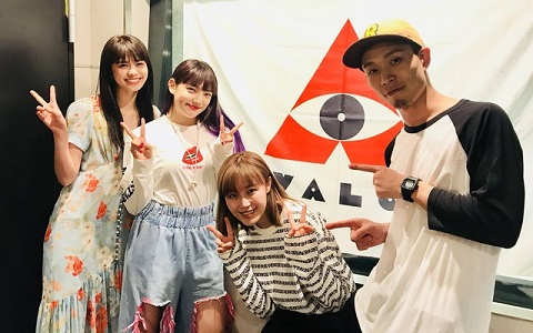 E-girls鷲尾・佐藤・須田、ライブ前に行う「円陣」を披露!