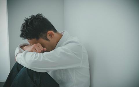 """「孤独」は健康に悪い…""""毎日タバコ15本""""に匹敵! 世界中で大問題に"""