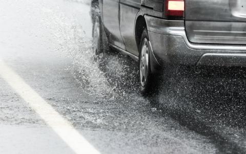 豪雨で車が浸水したらどうする? 命を守るために覚えておきたいこと