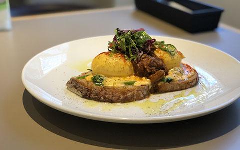 煮込んでホロホロの肉がたっぷり! 食べごたえのあるエッグベネディクト