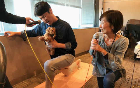 犬と心で繋がる「ドッグヨガ」にアンジャッシュ児嶋が悶絶「これキツいって言っちゃダメなんですか!?」