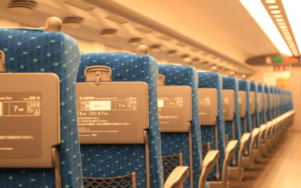 新幹線で「風邪を防ぐ」には、どの位置に座るべき?