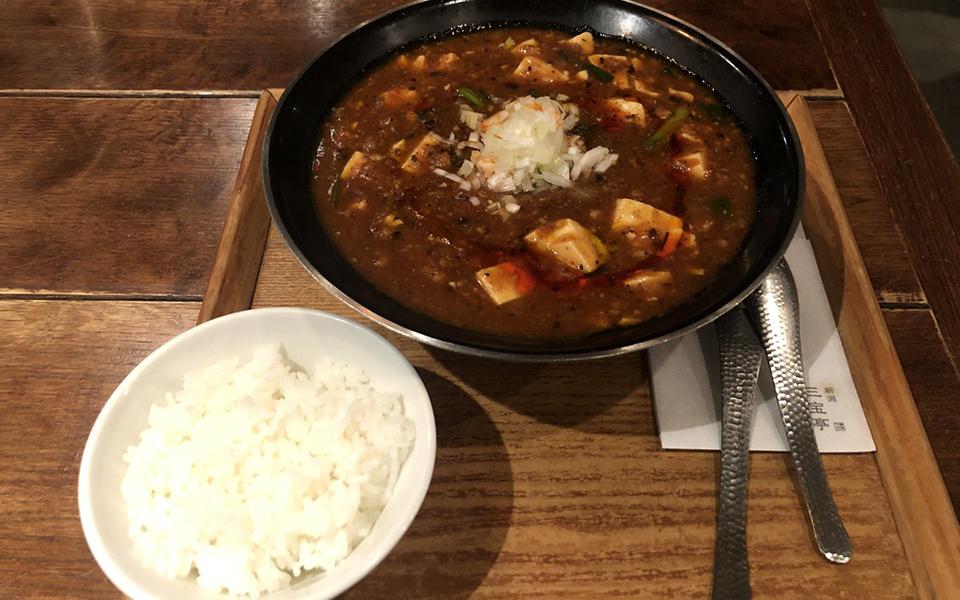 激辛も選べる麻婆麺! 濃縮された旨味が、麺にトロリと絡む