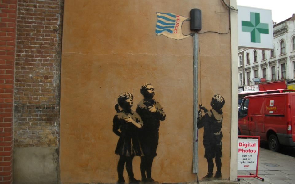 謎の覆面アーティスト・バンクシーは、なぜストリートに絵を描くのか?