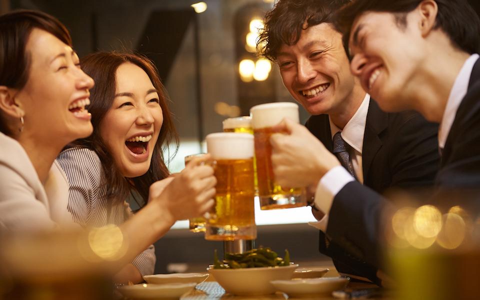 ギャラ飲み、ギャラ飲みアプリ、パパ活、お小遣い稼ぎ、副業、p活 飲み会で乾杯する男女