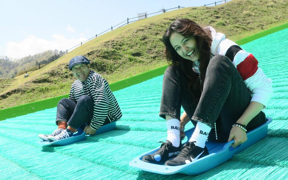 全長83メートルの斜面を滑る! 人気アトラクションに、山口智充&浦浜アリサが興奮