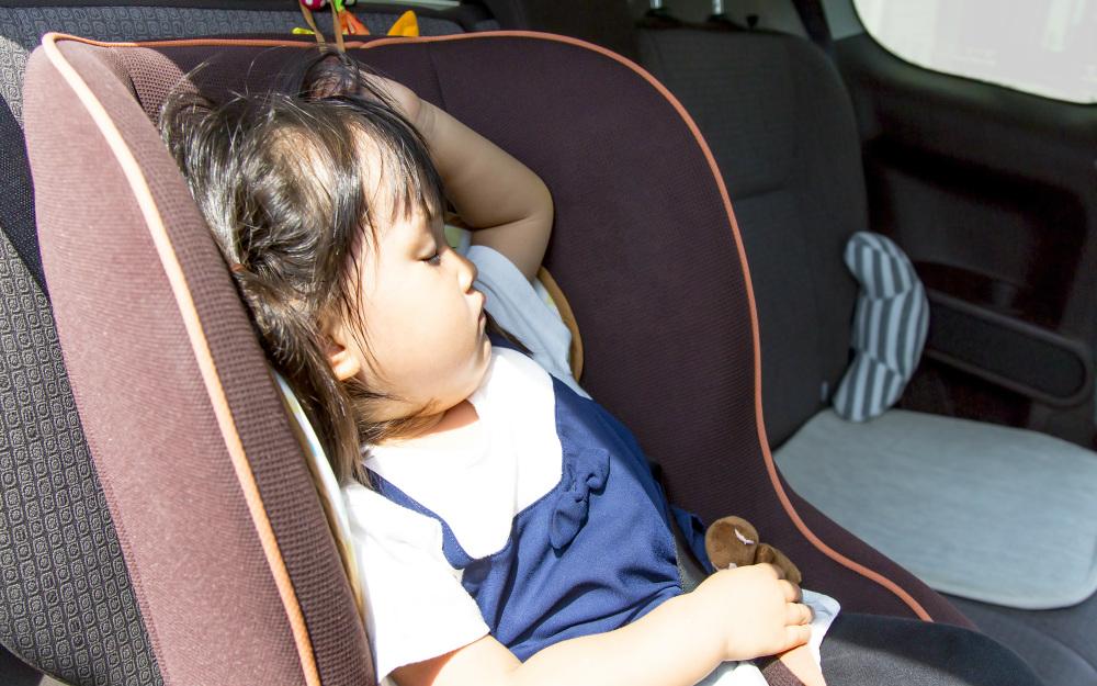 夏の車内は危険! 子どもを置き去りにするとスマホで警告する新システムも
