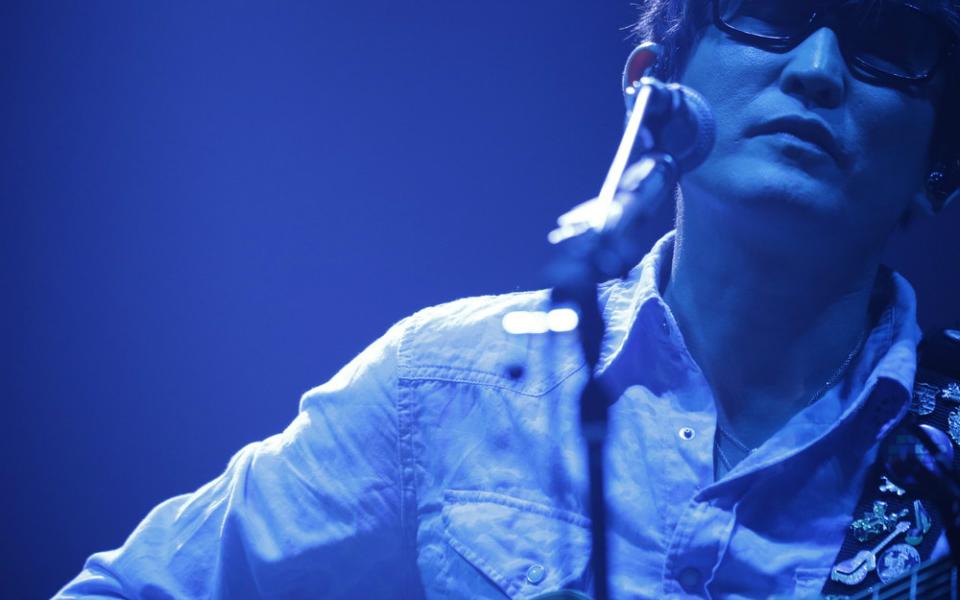スガ シカオ、『夜空ノムコウ』をアコースティックセットで…横浜アリーナをしっとり酔わせる【J-WAVE LIVE】