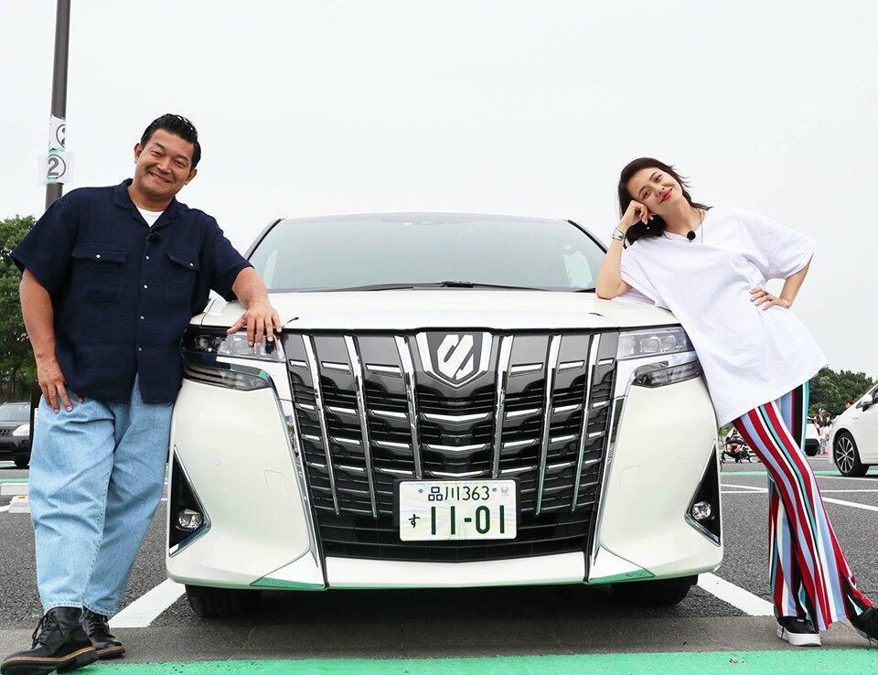 名車の復元を間近で堪能!山口智充&浦浜アリサ、モビリティの体験型テーマパーク「MEGA WEB」に興奮