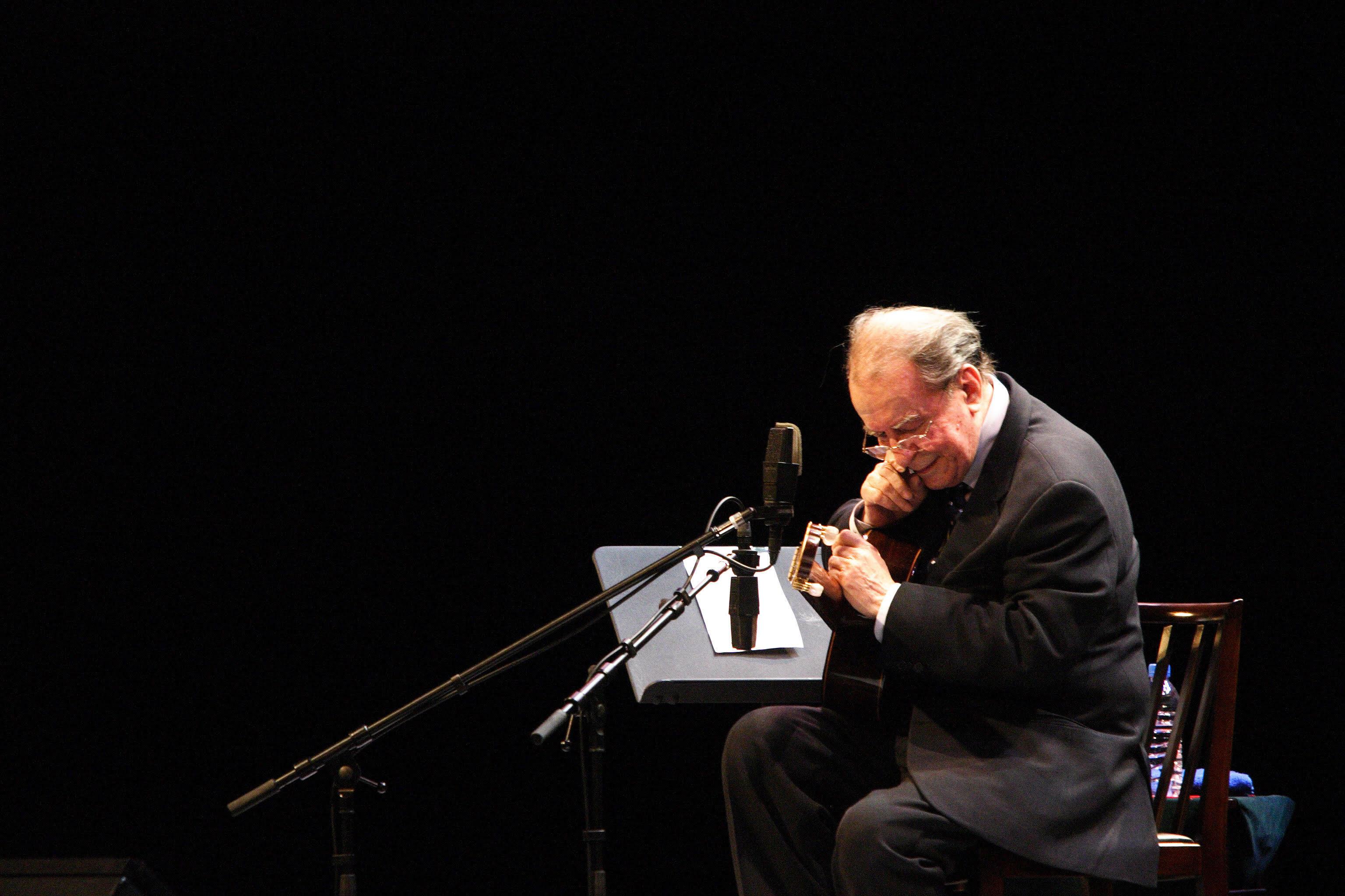 滝川クリステルのナビゲートでボサノヴァの父、ジョアン・ジルベルトの歌声をお届け