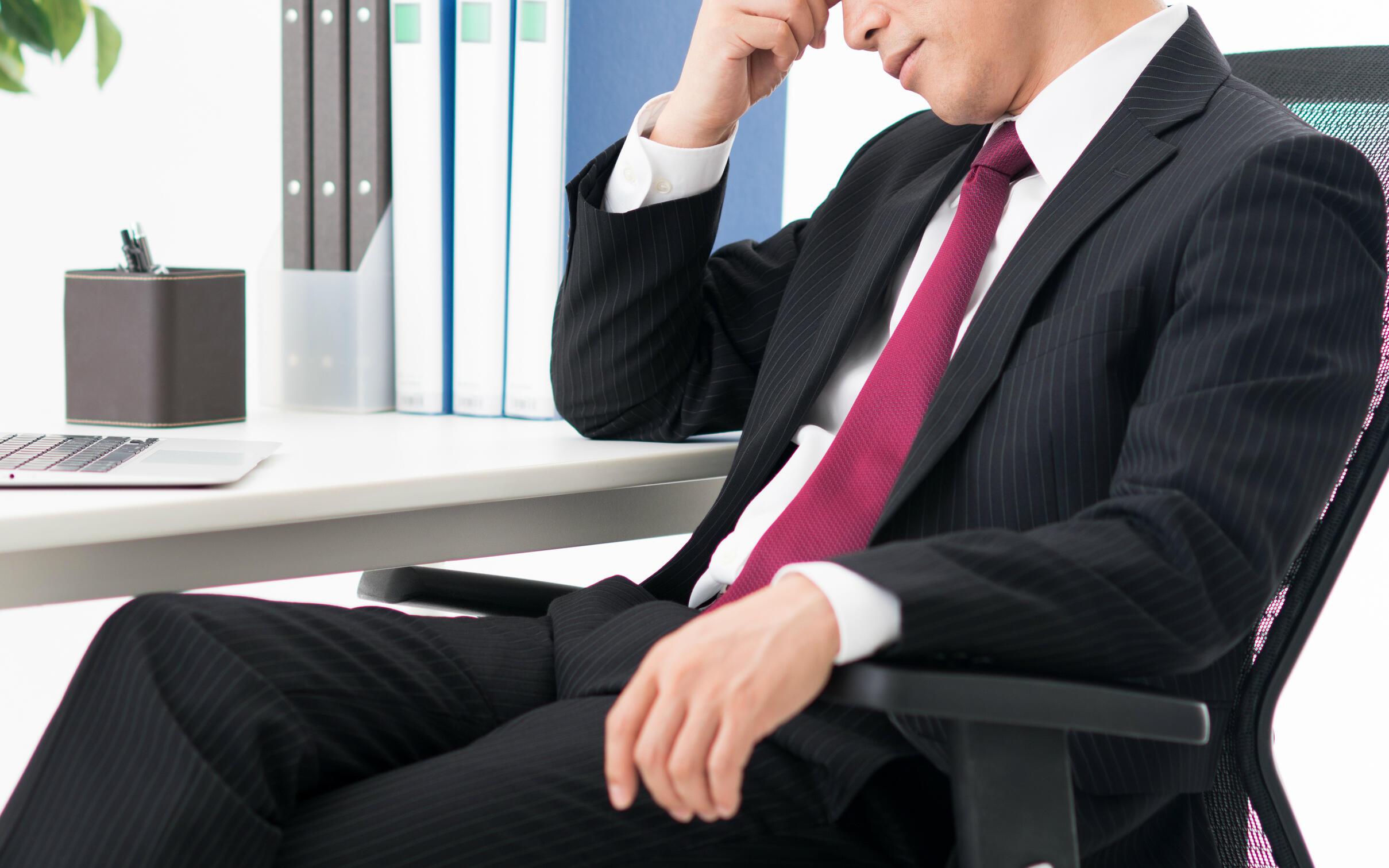 疲れてダラッと座ると、腰痛の原因に! 「正しい座り方」を医師が解説