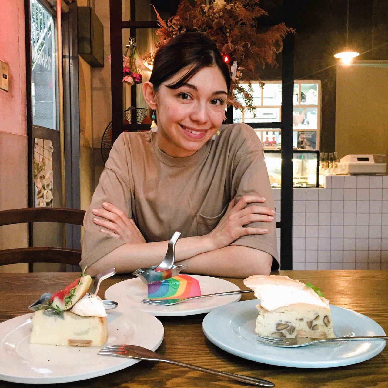 色鮮やかなレインボーチーズケーキ! 優しい甘さで、まろやかなおいしさ