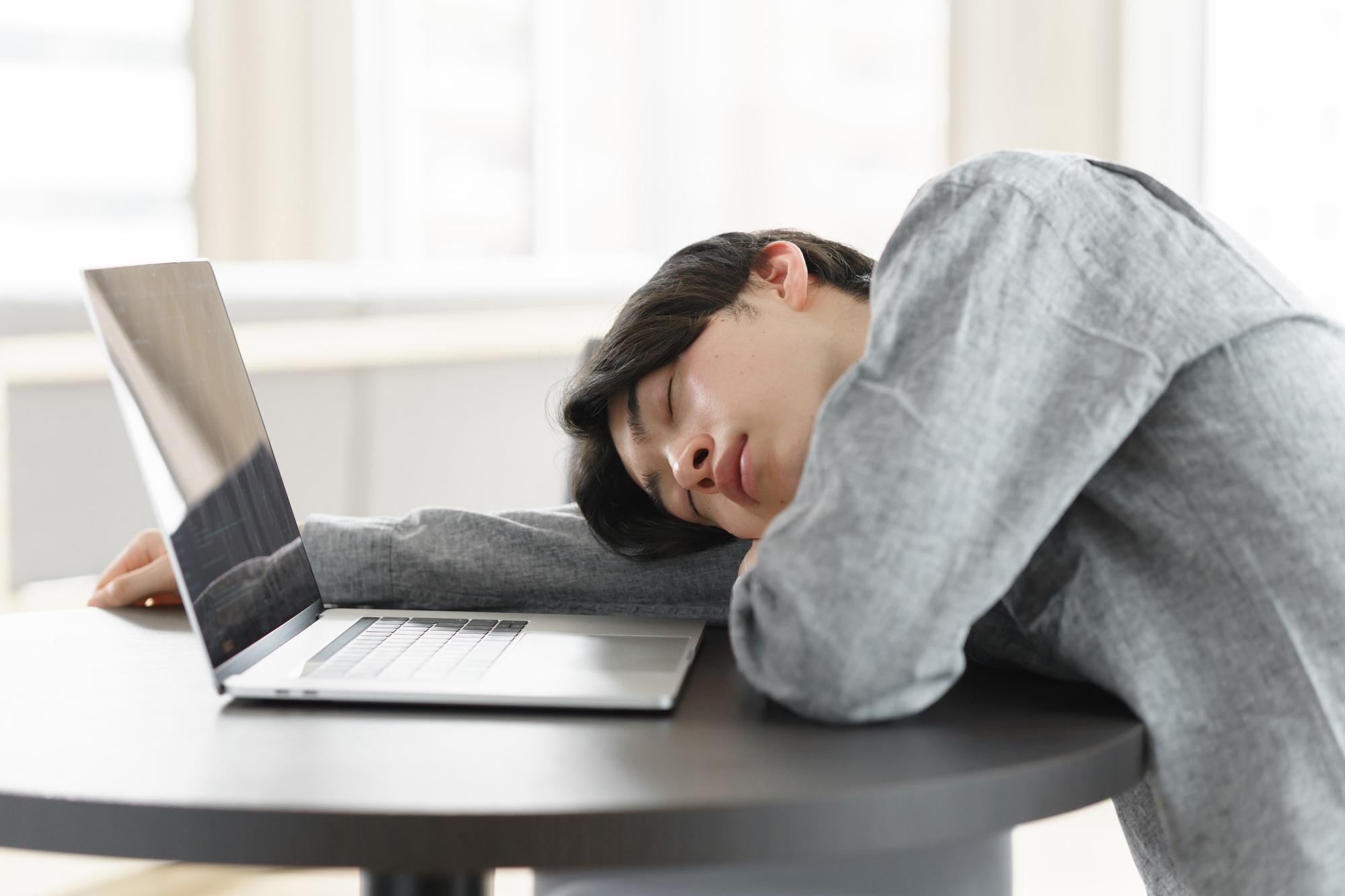 「午前中なのに眠い」は睡眠不足かも…寝だめではなく昼寝がおすすめ