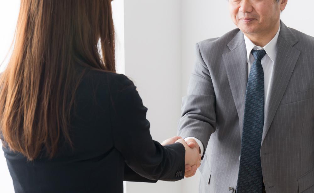 女性社員が会長に挨拶するときは、握手が必須…職場の「意味不明ルール」対処法は