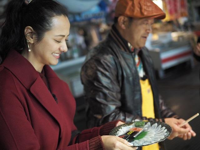 山口智充&浦浜アリサ「メチャクチャうまい」 下関の唐戸市場で今が旬のふぐ刺しに舌鼓!