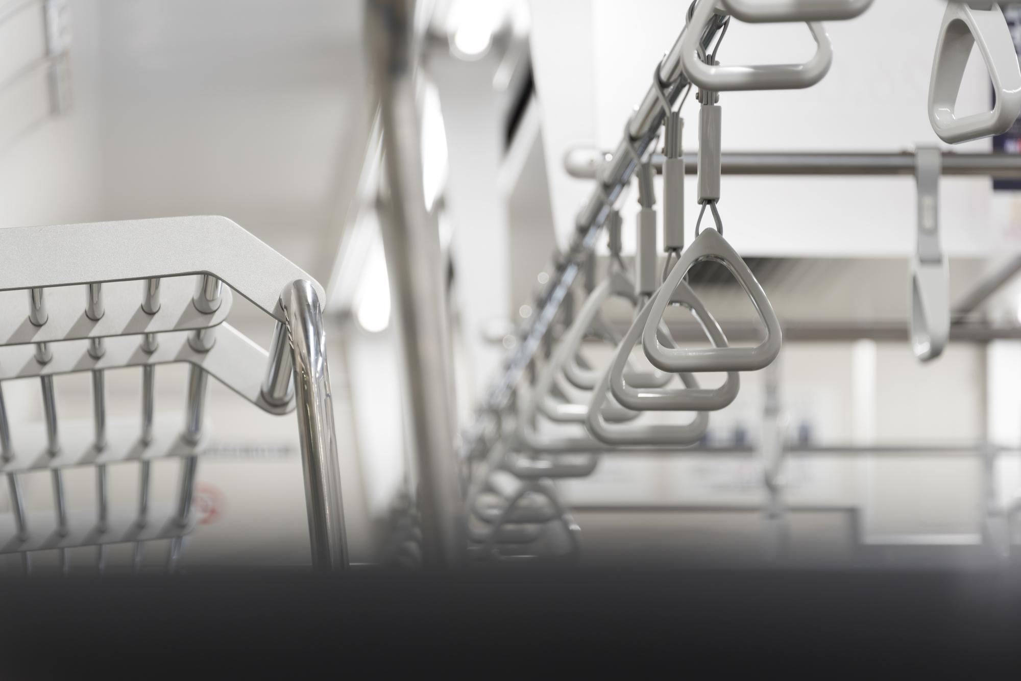 通勤電車で「荷物を網棚に置く」と脳が活性化する! 医師が解説