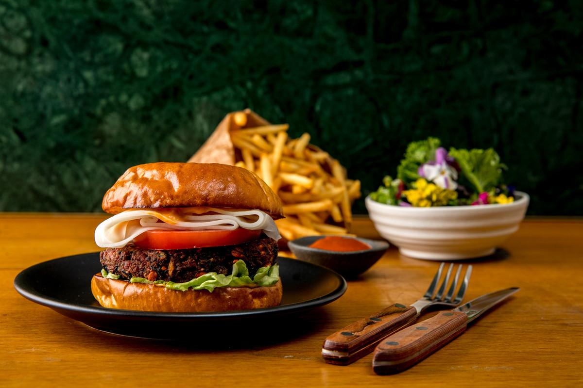 「健康的なハンバーガー」世界を旅して誕生! フラワーアーティストのニコライ・バーグマンが西麻布にオープン