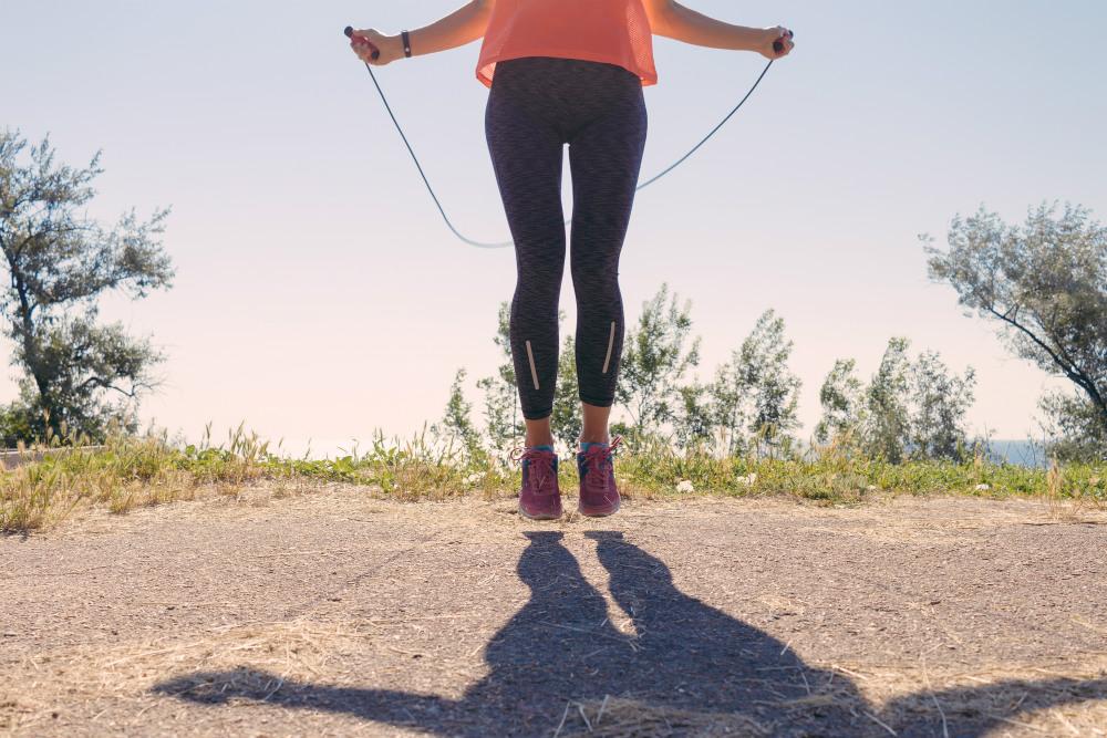 縄跳びの消費カロリーはランニングの1.5倍! 初心者は100回から始めよう