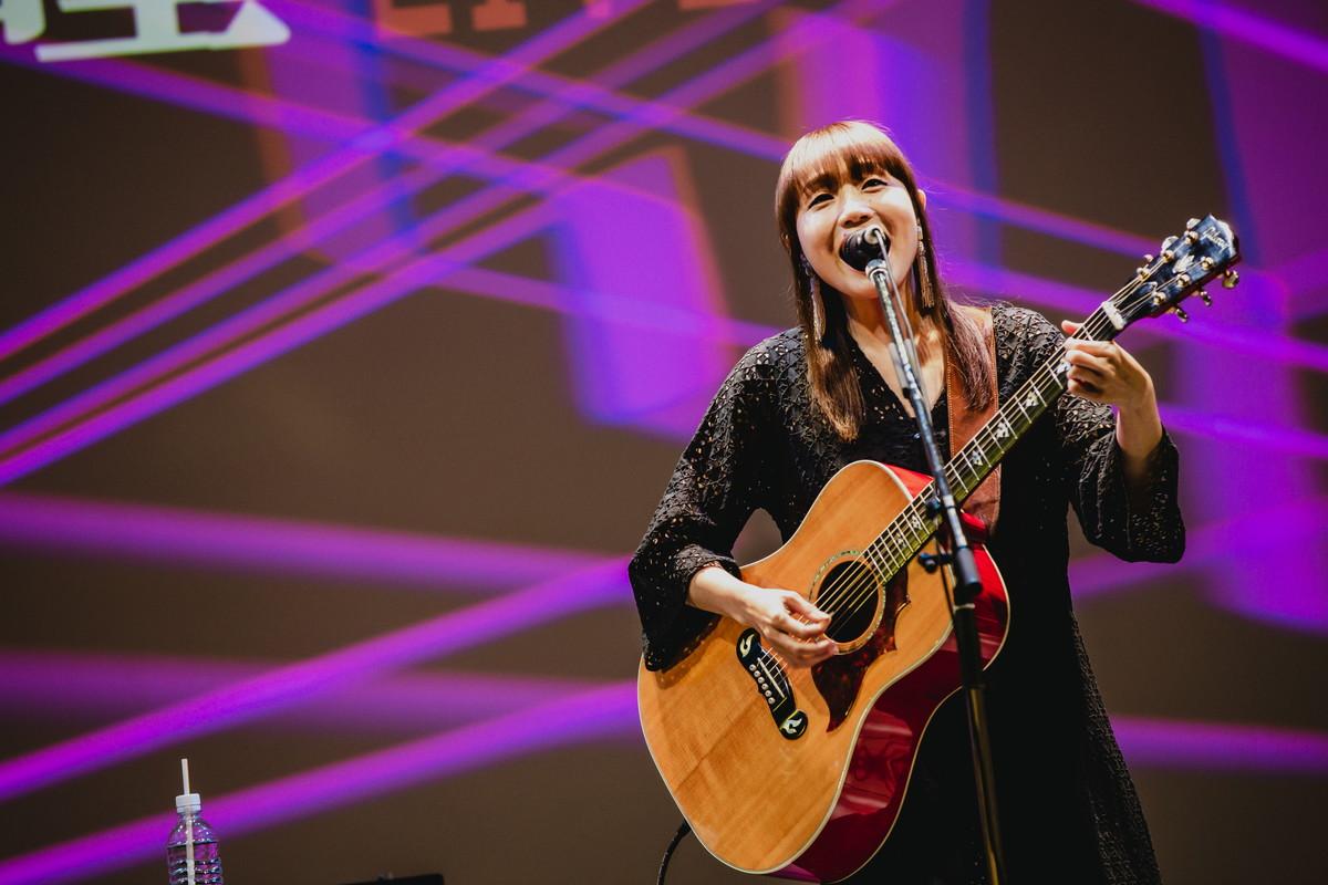矢井田瞳、「音楽の役割」を信じて…無観客チャリティーライブで熱唱! アーカイブも配信中