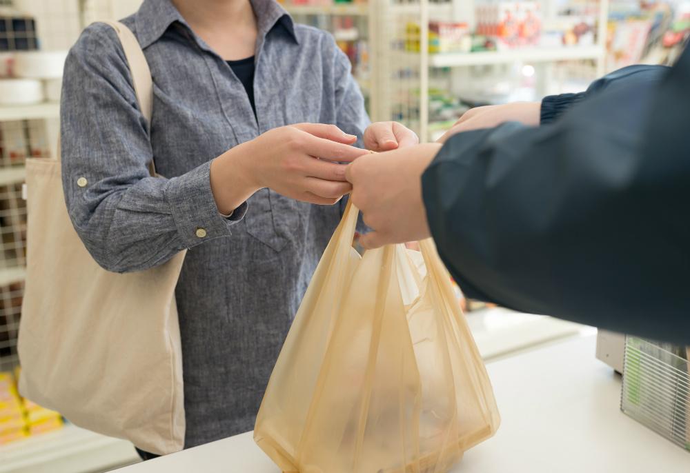 まもなくレジ袋が有料化! 今後も無料で渡せる「環境基準」とは?