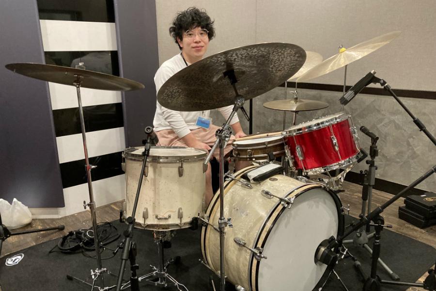 星野 源や大橋トリオらのサポートでも活躍のドラマー・神谷洵平は、ドラムセットを15台持っている