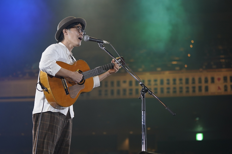 樽木栄一郎、朗々とした歌唱とやさしいギターの音色を響かせる【「ギタージャンボリー2020」フォトレポート】