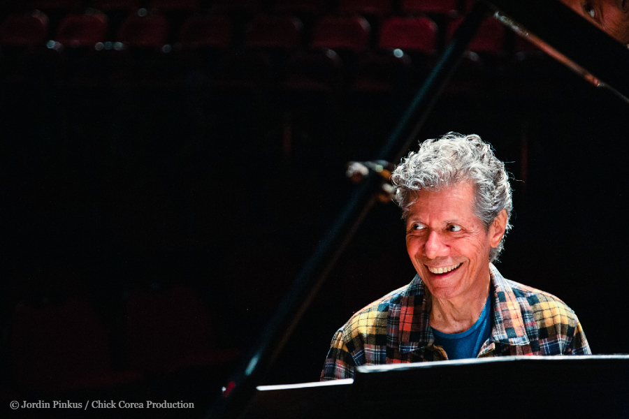 ジャズピアノの巨匠、チック・コリア氏が死去。小曽根 真が「1分の会話」で教わったことを明かす