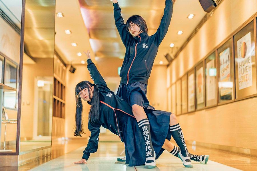 新しい学校のリーダーズが、セーラー服で踊って表現する「自由」のあり方