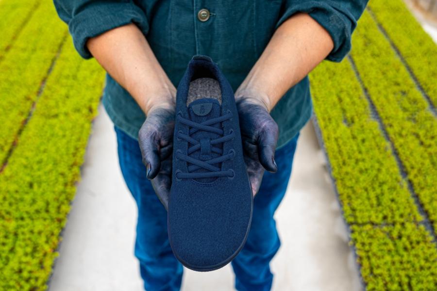 よく履いてよく洗うほど、色鮮やかになるスニーカー。「藍染」の魅力やこだわりを聞く