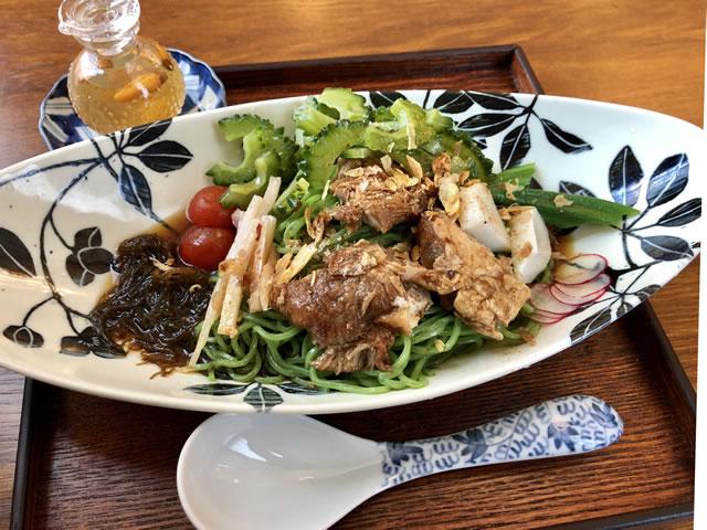 原宿はしづめ「沖縄風冷やし麺 コーレーグースを添えて」