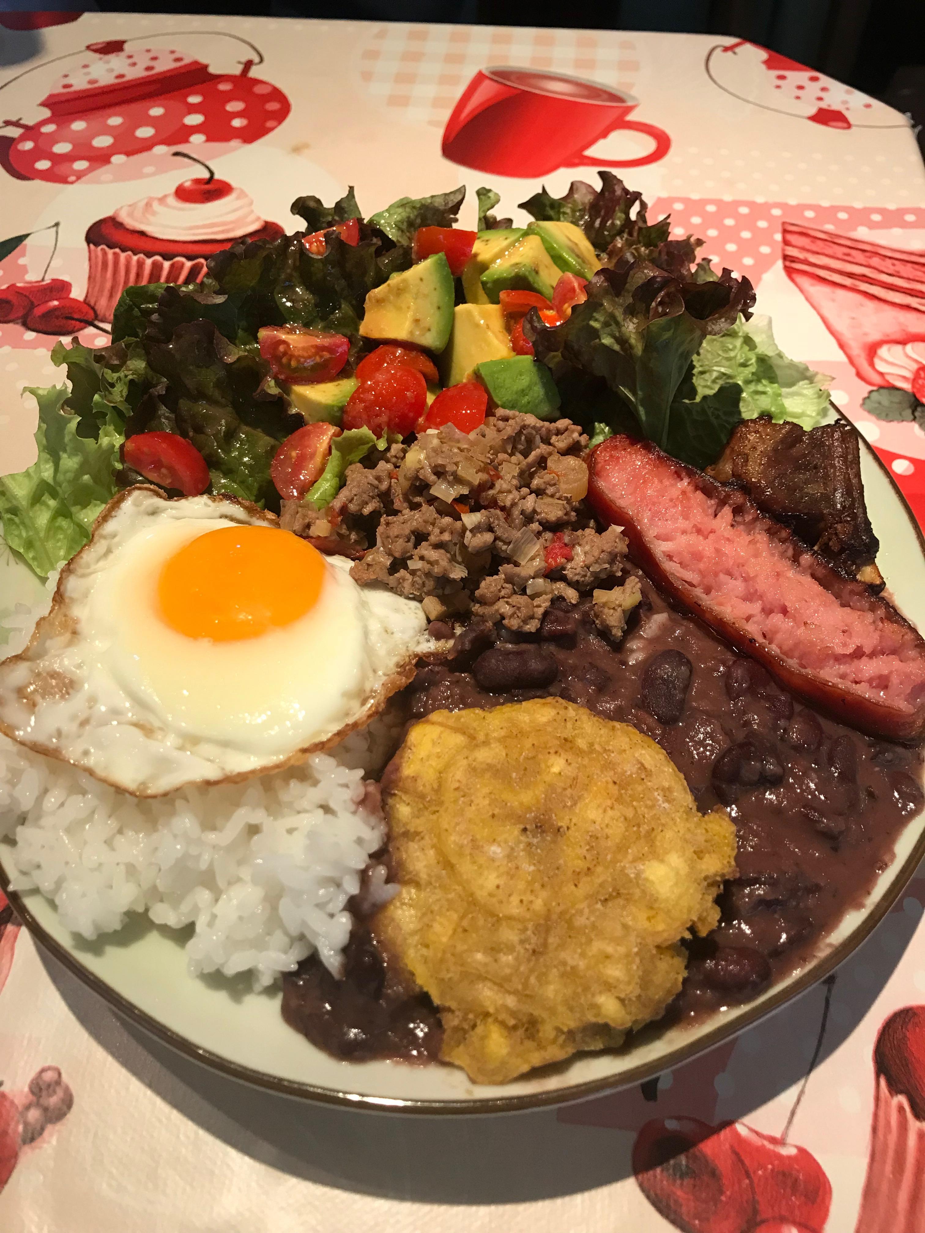 コロンビアのスタミナ丼「バンデハ・パイサ」